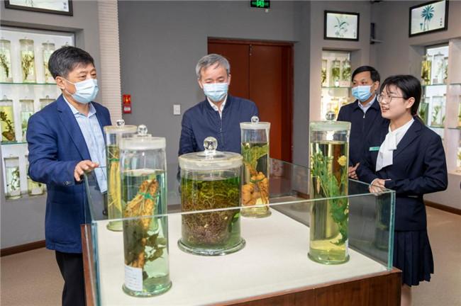 中国科协郭哲部长到河南中医药大学调研指导